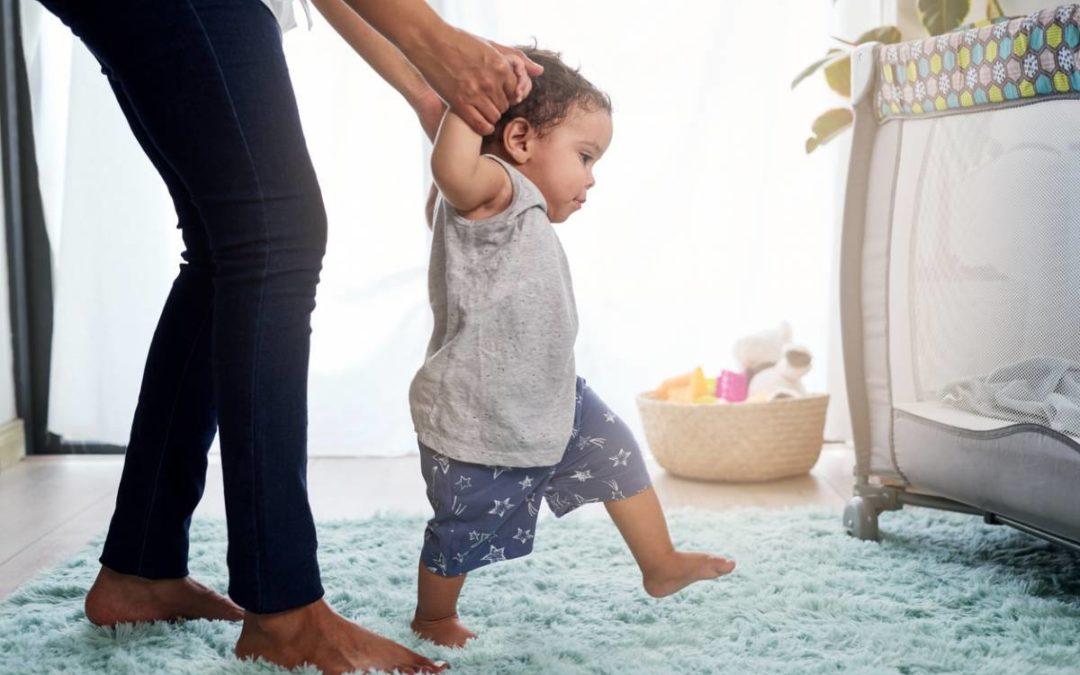 Bébé commence à marcher : les essentiels à savoir
